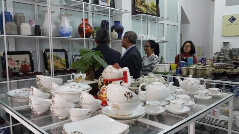 Bộ trưởng Brunei tham quan không gian gốm sứ tại Gốm Lam