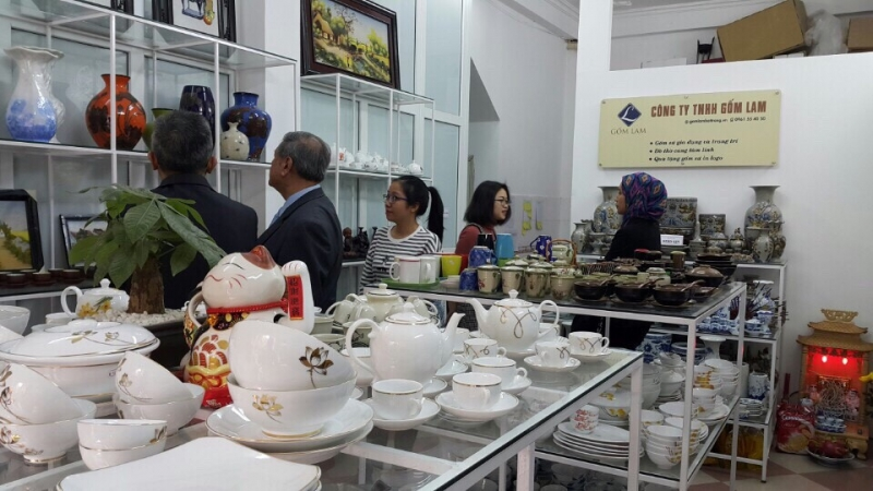 Đoàn khách ngoại giao ghé thăm không gian gốm sứ Bát Tràng