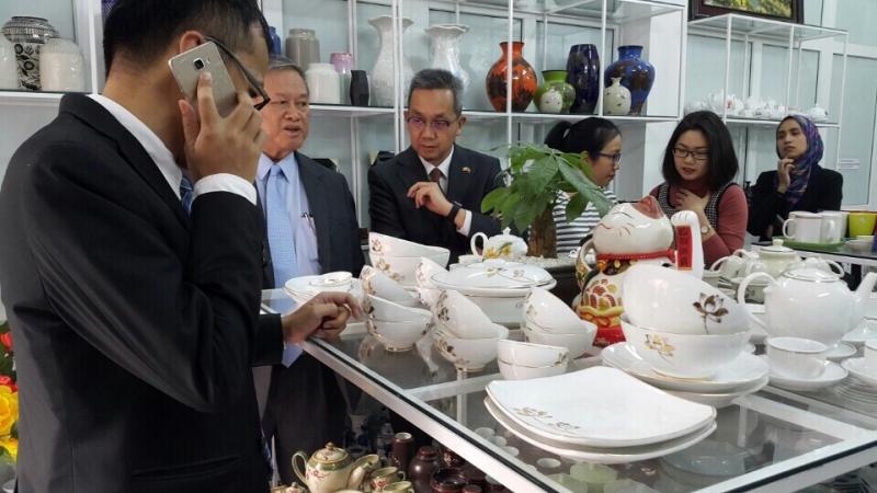 Đoàn khách ngoại giao thăm showroom Gốm Lam Bát Tràng