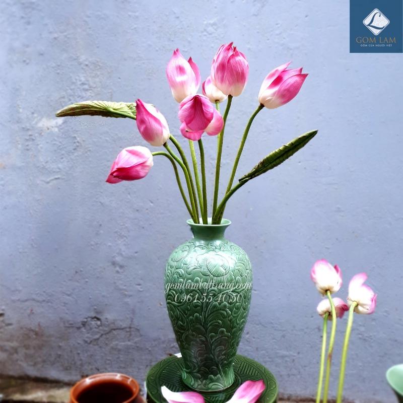 Gợi ý cắm hoa sen đẹp với bình men ngọc