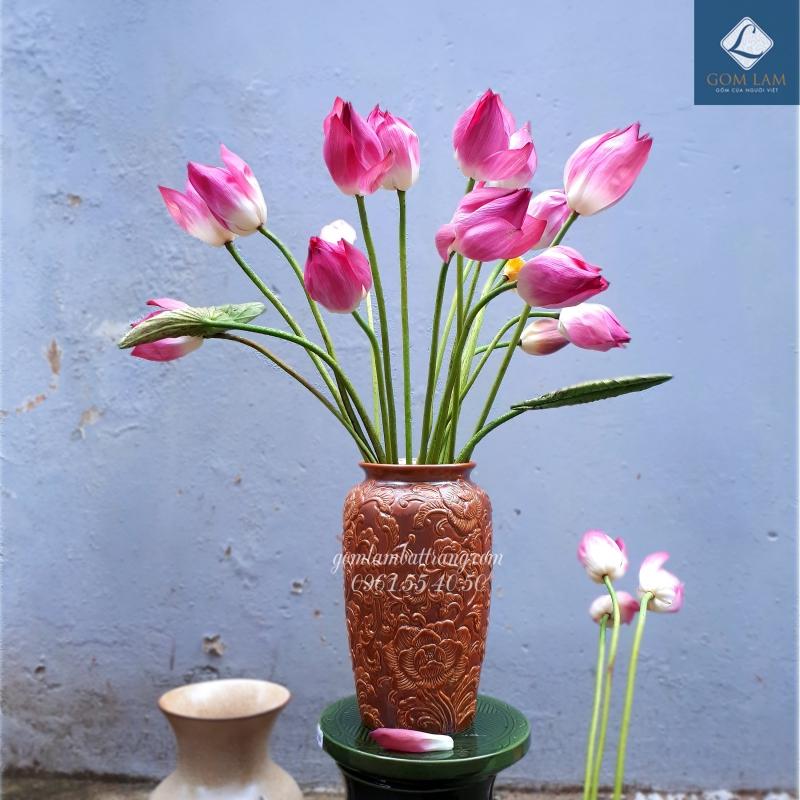 Cắm hoa sen đẹp với lọ khắc nổi Bát Tràng