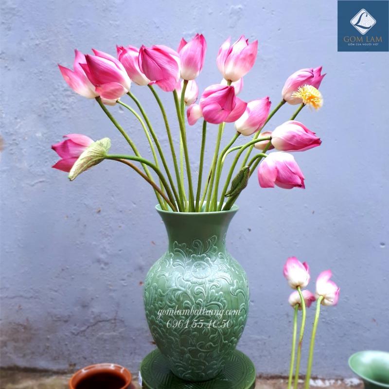 Bình gốm sứ rất hợp để cắm hoa sen