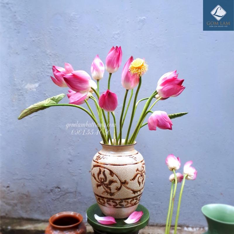 Lọ hoa khắc nổi men nâu cắm hoa sen đẹp